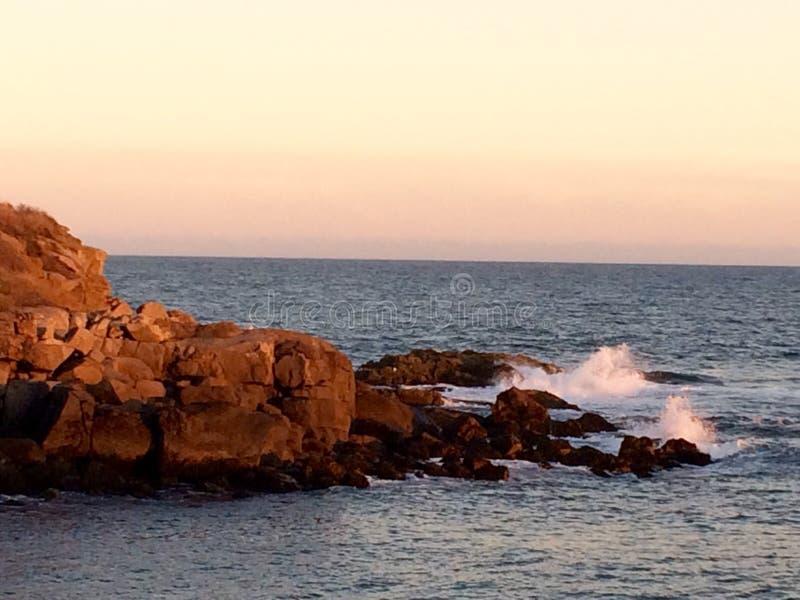 Κύματα στα ξημερώματα στοκ εικόνα με δικαίωμα ελεύθερης χρήσης