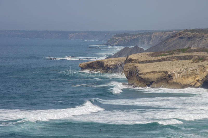 Κύματα στην ατλαντική παραλία Arrifana στο Αλγκάρβε, ο νότος Po στοκ εικόνες με δικαίωμα ελεύθερης χρήσης