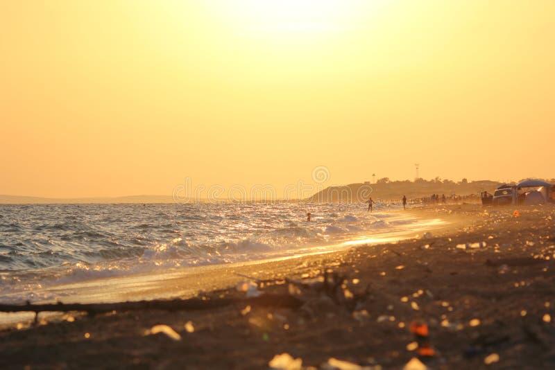 Κύματα στην παραλία στο ηλιοβασίλεμα Φωτογραφία 3 στοκ εικόνες