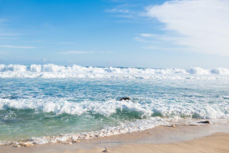 Κύματα στην παραλία των τροπικών νησιών στοκ εικόνα