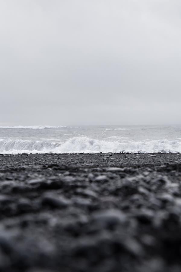 Κύματα στην όμορφη ηφαιστειακή μαύρη παραλία άμμου στοκ φωτογραφίες
