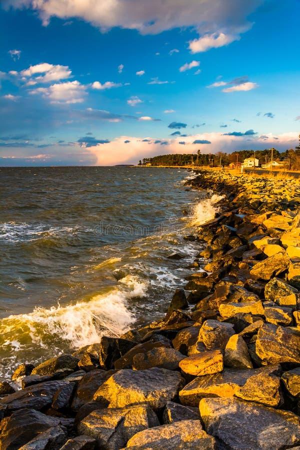 Κύματα στους βράχους στο κόλπο Chesapeake, στο νησί Tilghman, Maryla στοκ εικόνα