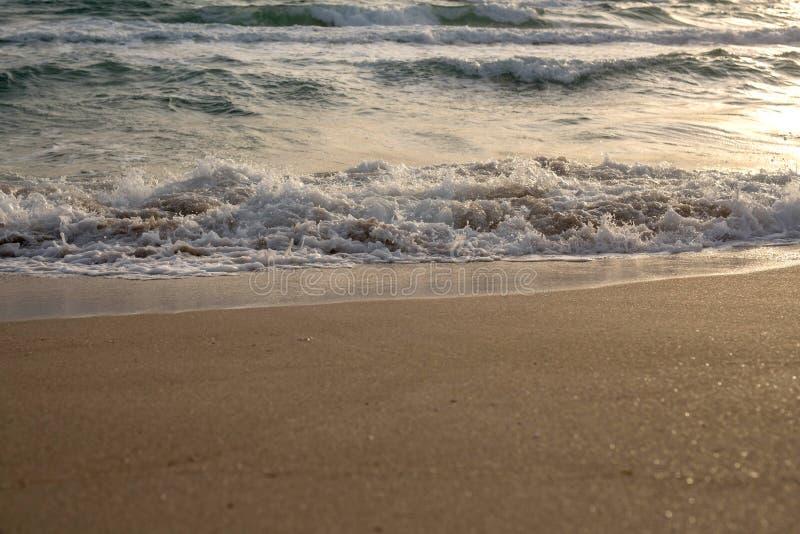 Κύματα της μπλε θάλασσας που καταβρέχει στην αμμώδη ακτή στοκ φωτογραφίες με δικαίωμα ελεύθερης χρήσης