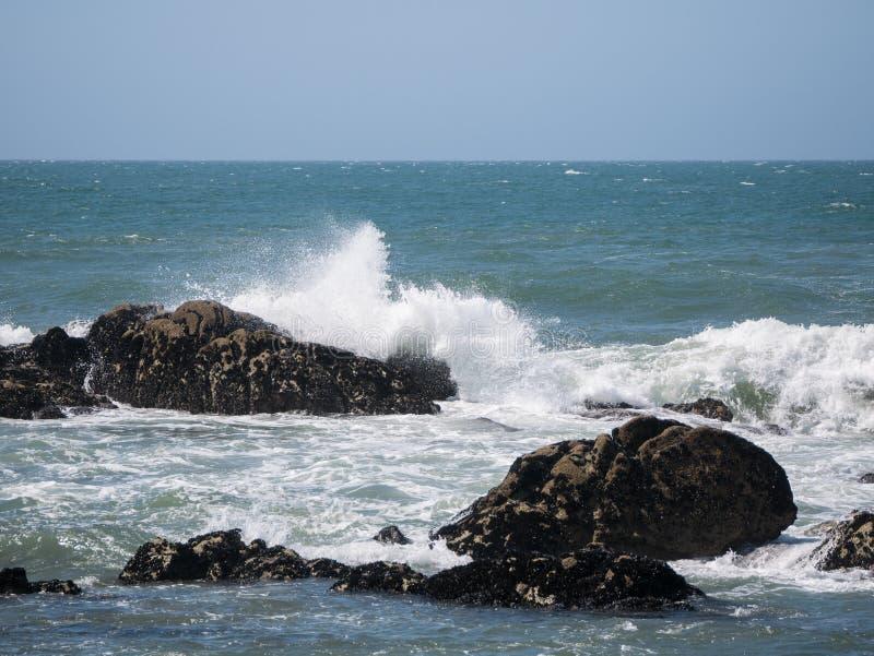 Κύματα του Ατλαντικού Ωκεανού που συντρίβουν ενάντια στους βράχους στην Πορτογαλία στοκ φωτογραφία
