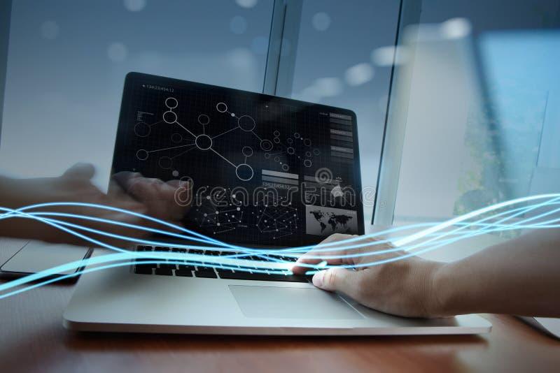 Κύματα του μπλε φωτός και του επιχειρηματία που χρησιμοποιούν στο φορητό προσωπικό υπολογιστή στοκ φωτογραφίες με δικαίωμα ελεύθερης χρήσης