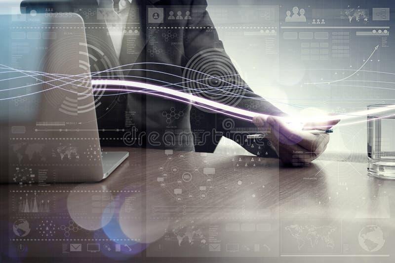 Κύματα του μπλε φωτός και του επιχειρηματία που χρησιμοποιούν στο φορητό προσωπικό υπολογιστή στοκ φωτογραφία με δικαίωμα ελεύθερης χρήσης