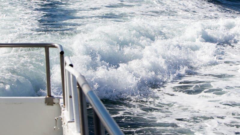 Κύμα ενός σκάφους πορθμείων στον ανοικτό ωκεανό στοκ φωτογραφία