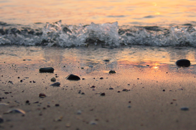 Download κύμα ηλιοβασιλέματος στοκ εικόνες. εικόνα από παραλία, ακτή - 107004