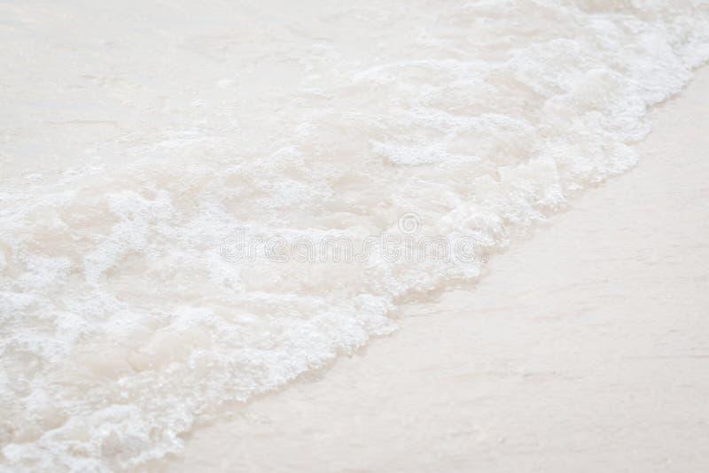 Κύμα κινηματογραφήσεων σε πρώτο πλάνο στην παραλία στοκ φωτογραφία