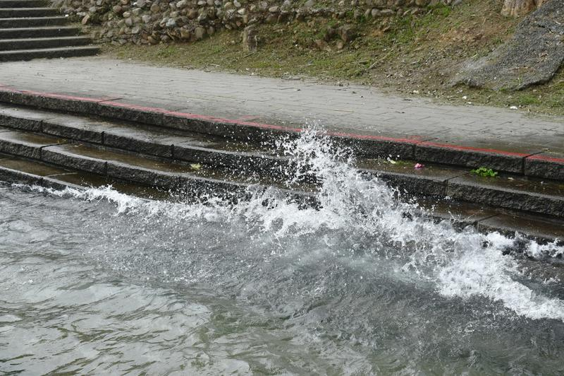Κύμα που χτυπά στην αποβάθρα στη λίμνη φεγγαριών ήλιων στην Ταϊβάν στοκ φωτογραφίες με δικαίωμα ελεύθερης χρήσης