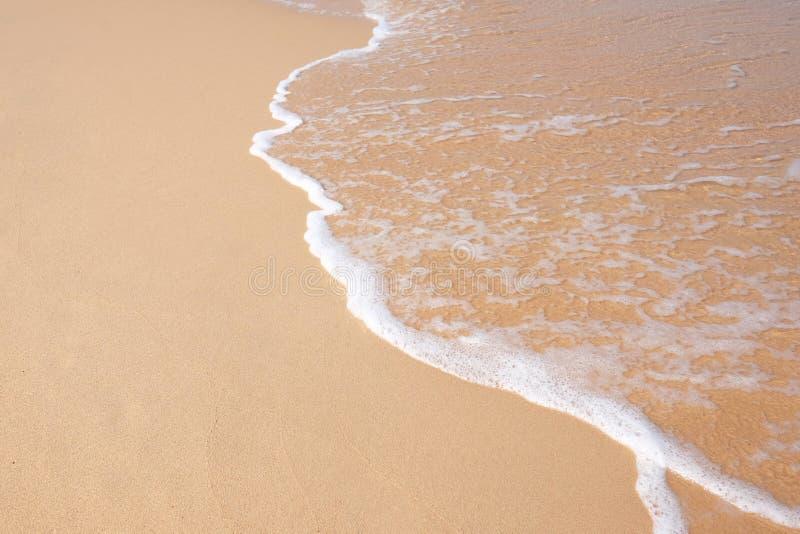 Κύμα που χτυπά την παραλία στοκ φωτογραφίες με δικαίωμα ελεύθερης χρήσης