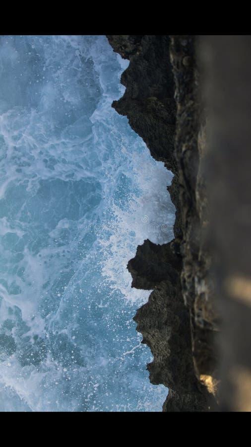 Κύμα που χτυπά τους βράχους στοκ εικόνες