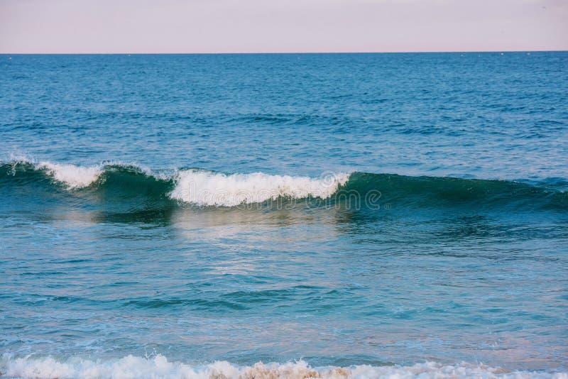 Κύμα στη θάλασσα και μπλε ουρανός με τα σύννεφα στοκ εικόνες
