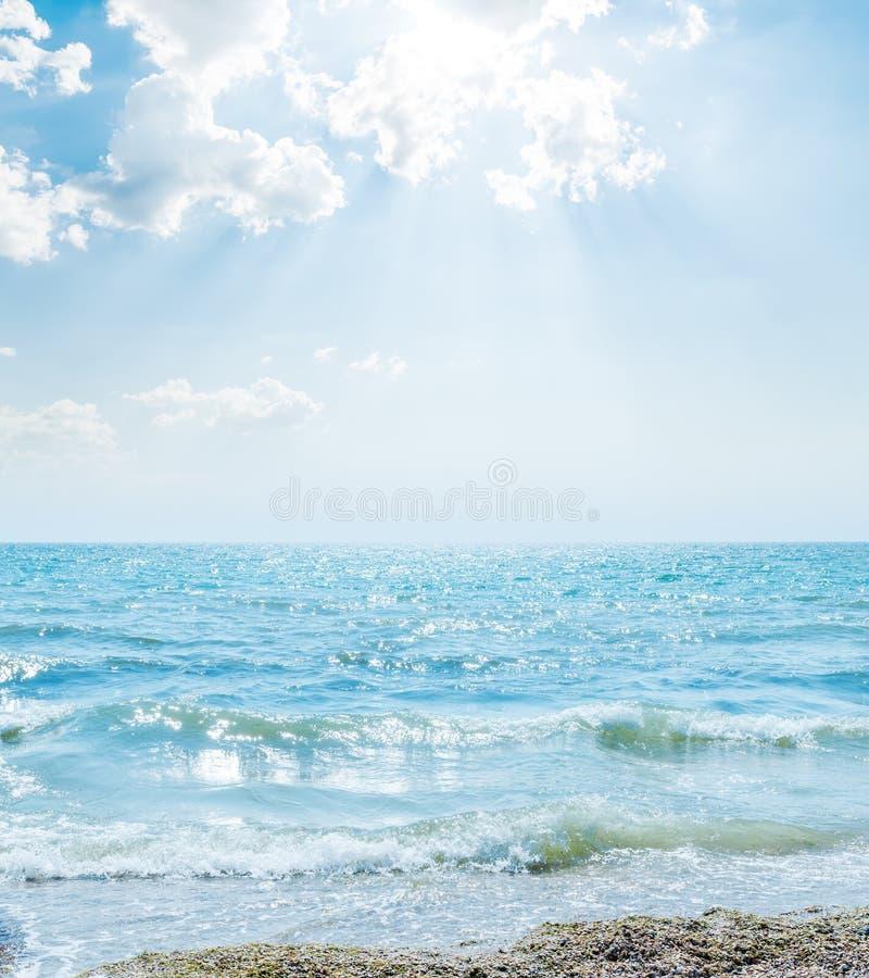 Κύμα στη θάλασσα και σύννεφα στο μπλε ουρανό στοκ εικόνες με δικαίωμα ελεύθερης χρήσης