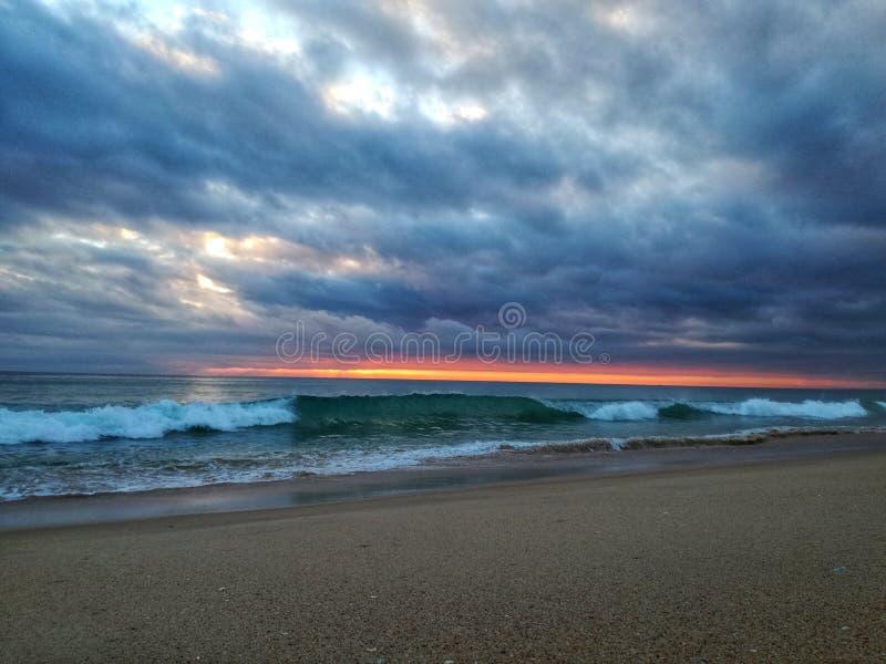 Κύμα στον τέλειο ωκεανό τέλειο ηλιοβασίλεμα στοκ φωτογραφία με δικαίωμα ελεύθερης χρήσης