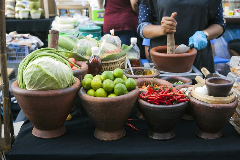 Κύπελλα αργίλου με τα πιπέρια λάχανων, ασβέστη και τσίλι φρέσκων λαχανικών στοκ εικόνες
