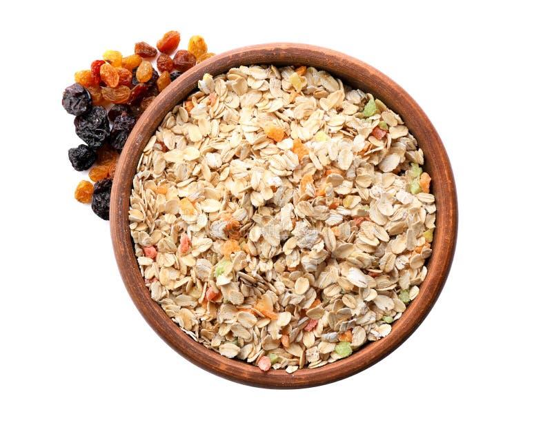 Κύπελλο ακατέργαστο oatmeal με τα γλασαρισμένα φρούτα και των σταφίδων στο άσπρο υπόβαθρο στοκ φωτογραφία με δικαίωμα ελεύθερης χρήσης