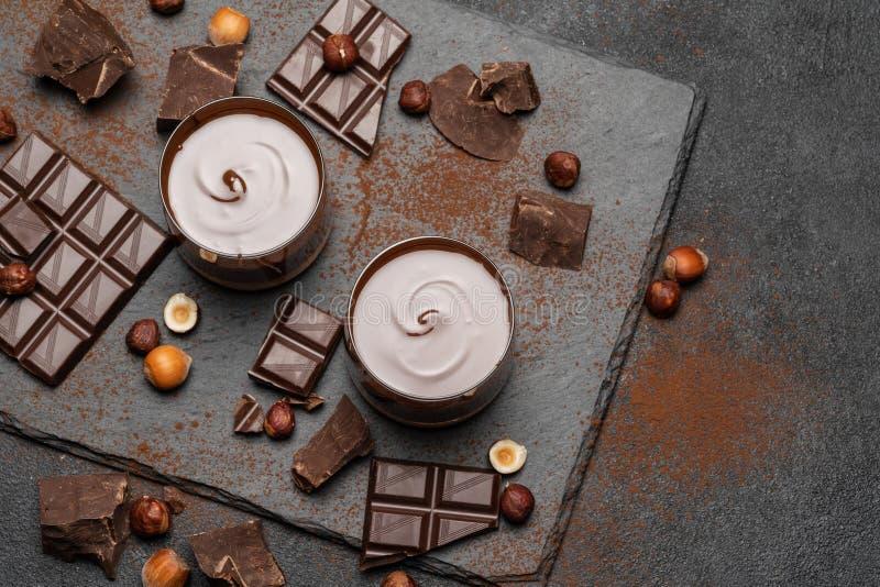 Κύπελλο γυαλιού της κρέμας σοκολάτας ή της λειωμένης σοκολάτας, κομμά στοκ εικόνες με δικαίωμα ελεύθερης χρήσης