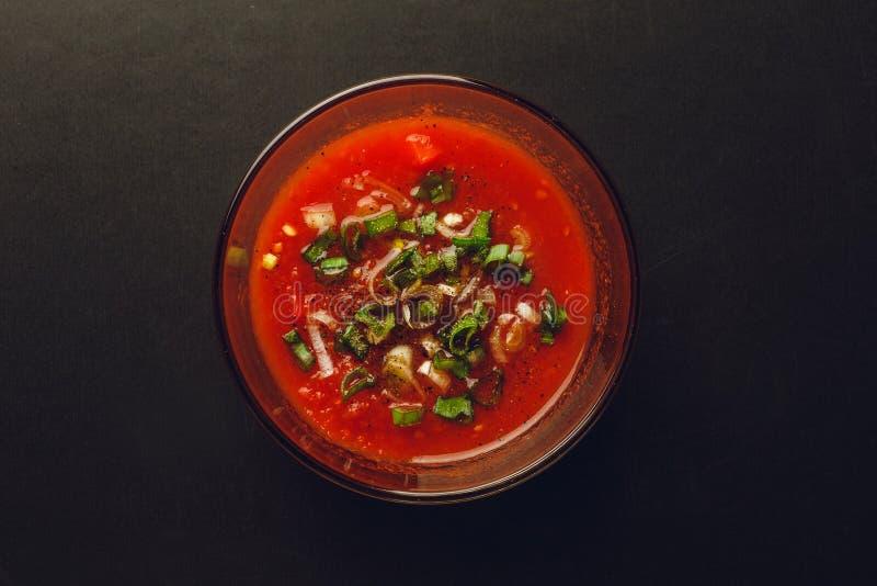 Κύπελλο γυαλιού του κέτσαπ ή της σπιτικής σάλτσας ντοματών, τοπ άποψη στοκ φωτογραφία με δικαίωμα ελεύθερης χρήσης