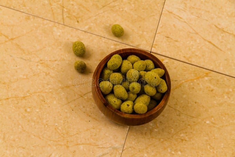 Κύπελλο καλυμμένων των wasabi φυστικιών στοκ φωτογραφία
