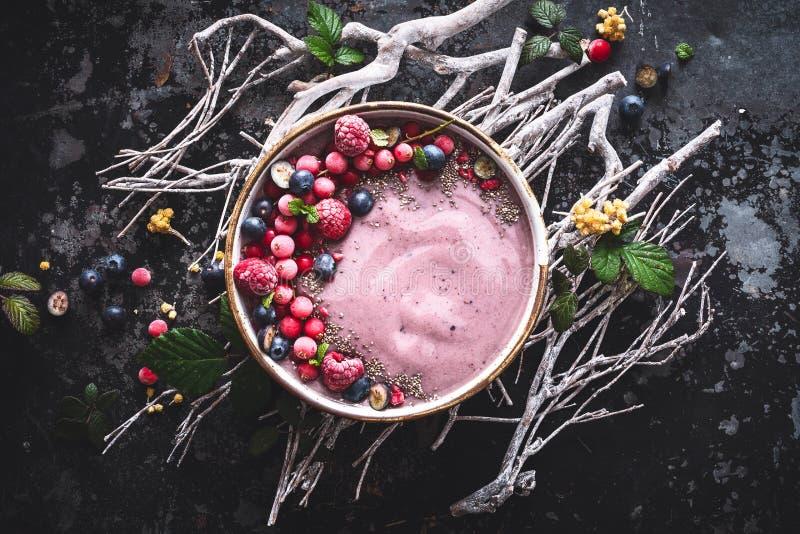 Κύπελλο καταφερτζήδων Acai με το βακκίνιο, Rapsberry, σπόροι Chia για το υγιές πρόγευμα στοκ φωτογραφία