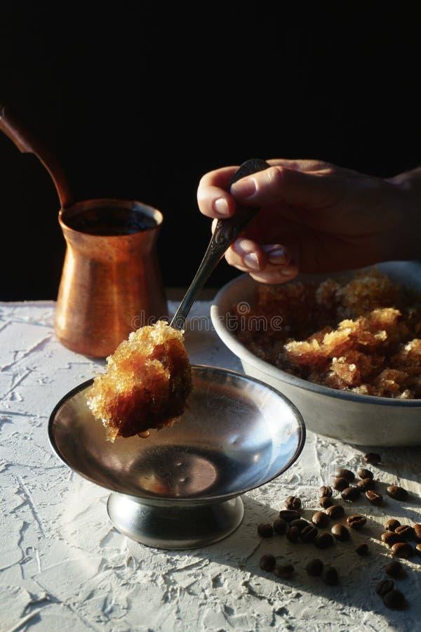 Κύπελλο με ένα κρύο επιδόρπιο καφέ, ένα πιάτο για το επιδόρπιο και σιτάρια στον πίνακα Σισιλιάνος γρανίτης στοκ εικόνα