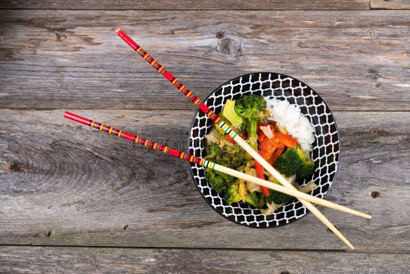 Κύπελλο με τα λαχανικά, το ρύζι και chopsticks στοκ φωτογραφίες με δικαίωμα ελεύθερης χρήσης