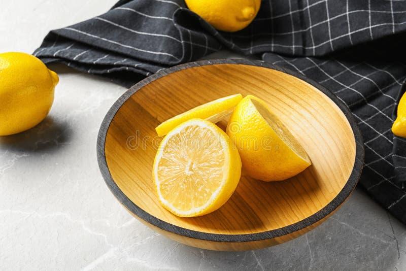 Κύπελλο με τα λεμόνια και το ύφασμα στοκ εικόνες