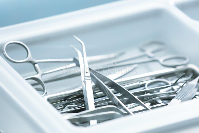 Κύπελλο με τα πλαστικά εργαλεία χειρούργων στοκ εικόνες με δικαίωμα ελεύθερης χρήσης