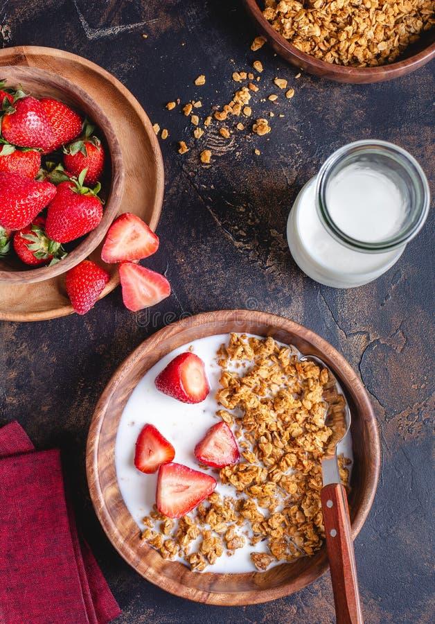 Κύπελλο προγευμάτων Granola με τις φρέσκες φράουλες στοκ φωτογραφία με δικαίωμα ελεύθερης χρήσης