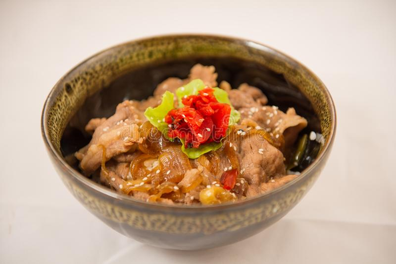 Κύπελλο ρυζιού χοιρινού κρέατος με το αυγό Donburi στοκ φωτογραφίες