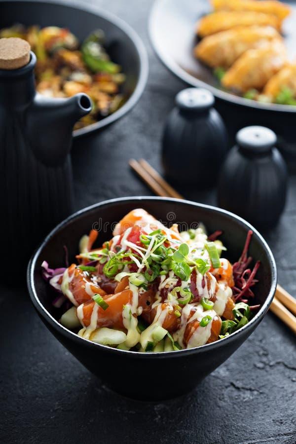 Κύπελλο σπρωξίματος με το σολομό και τα λαχανικά στοκ εικόνες με δικαίωμα ελεύθερης χρήσης