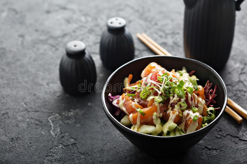 Κύπελλο σπρωξίματος με το σολομό και τα λαχανικά στοκ φωτογραφία με δικαίωμα ελεύθερης χρήσης