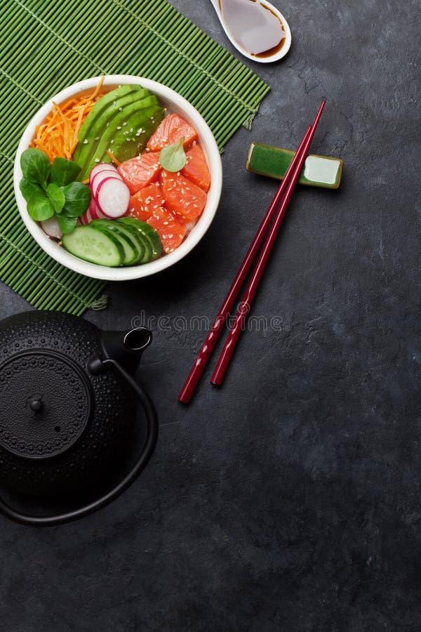 Κύπελλο σπρωξίματος με το σολομό και τα λαχανικά στοκ φωτογραφίες με δικαίωμα ελεύθερης χρήσης