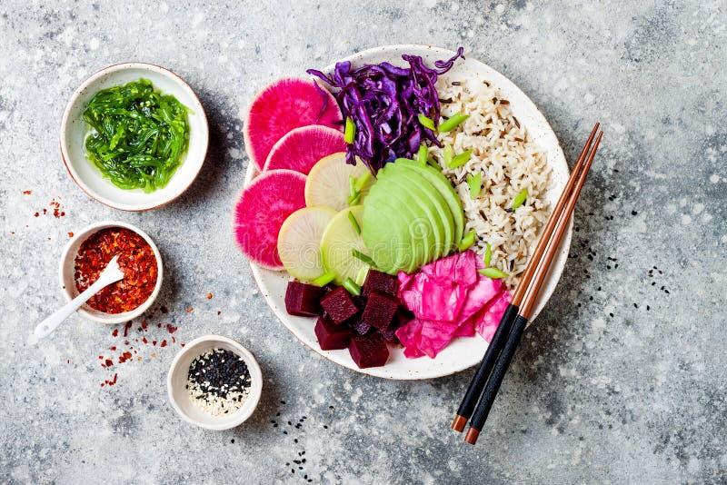 Κύπελλο σπρωξίματος Vegan με το αβοκάντο, τεύτλο, παστωμένο λάχανο, ραδίκια Η τοπ άποψη, υπερυψωμένος, επίπεδη βάζει στοκ εικόνες με δικαίωμα ελεύθερης χρήσης