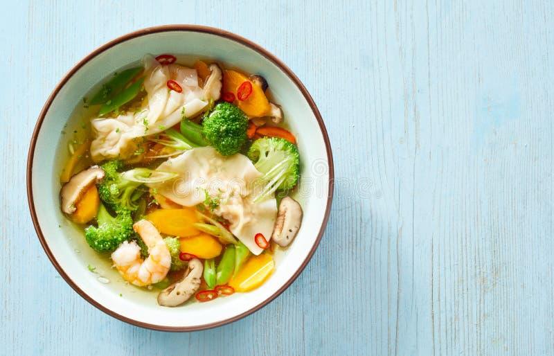Κύπελλο της ασιατικής σούπας wonton με τα φρέσκα λαχανικά στοκ εικόνα