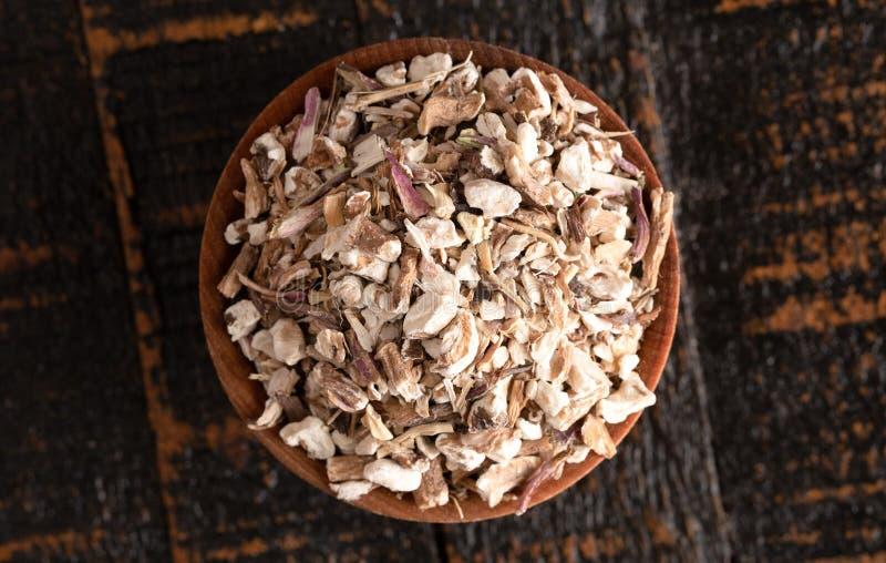 Κύπελλο της αφυδατωμένης ρίζας πικραλίδων σε έναν αγροτικό ξύλινο πίν στοκ εικόνες με δικαίωμα ελεύθερης χρήσης
