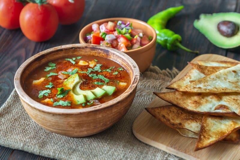 Κύπελλο της πικάντικης μεξικάνικης σούπας στοκ εικόνα με δικαίωμα ελεύθερης χρήσης
