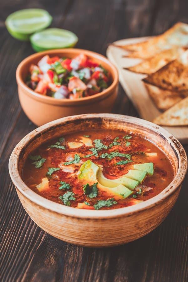 Κύπελλο της πικάντικης μεξικάνικης σούπας στοκ φωτογραφία