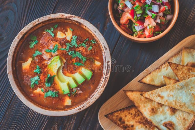 Κύπελλο της πικάντικης μεξικάνικης σούπας στοκ εικόνες