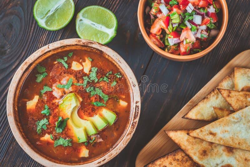 Κύπελλο της πικάντικης μεξικάνικης σούπας στοκ εικόνες με δικαίωμα ελεύθερης χρήσης