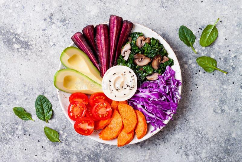 Κύπελλο του Βούδα με ψημένος butternut, hummus, λάχανο Υγιής χορτοφάγος πιατέλα ορεκτικών ή πρόχειρων φαγητών Χειμερινό veggies d στοκ φωτογραφία με δικαίωμα ελεύθερης χρήσης