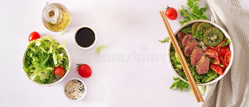 Κύπελλο του Βούδα Παραδοσιακή σαλάτα με τα κομμάτια του μέσος-σπάνιου ψημένου στη σχάρα τόνου Ahi στοκ φωτογραφία με δικαίωμα ελεύθερης χρήσης