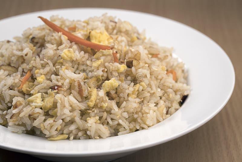 Κύπελλο του τηγανισμένου ρυζιού στο στούντιο στοκ φωτογραφία με δικαίωμα ελεύθερης χρήσης