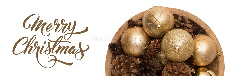 Κύπελλο των χρυσών Χριστουγέννων baubbles και των κώνων πεύκων που απομονώνονται πέρα από το άσπρο υπόβαθρο Τα χρυσά Χριστούγεννα στοκ εικόνες
