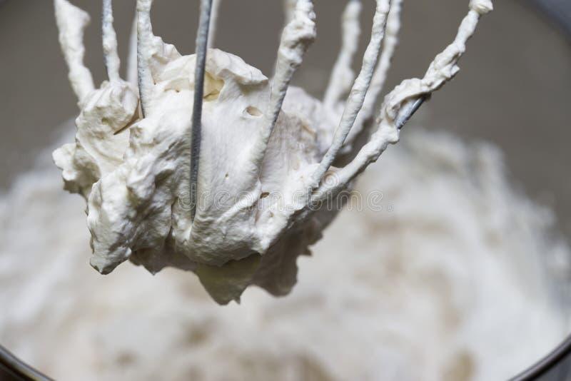 Κύπελλο αναμικτών που δημιουργεί τη σπιτική κτυπημένη κρέμα στοκ φωτογραφία με δικαίωμα ελεύθερης χρήσης