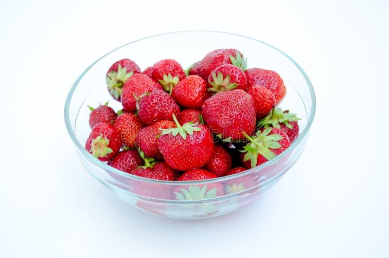 Κύπελλο γυαλιού με τις φράουλες στοκ εικόνες