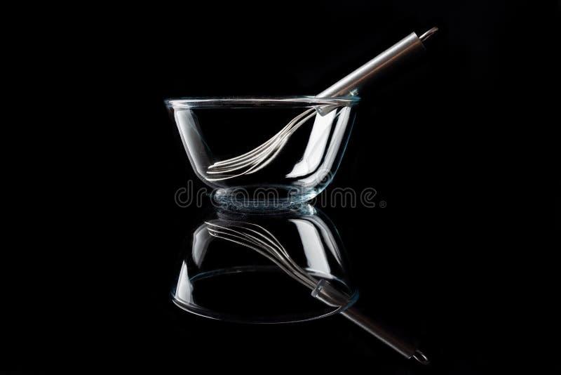 Κύπελλο γυαλιού με το μουστάκι μέσα στην πλάγια όψη με το Μαύρο αντανάκλασης στοκ φωτογραφίες με δικαίωμα ελεύθερης χρήσης