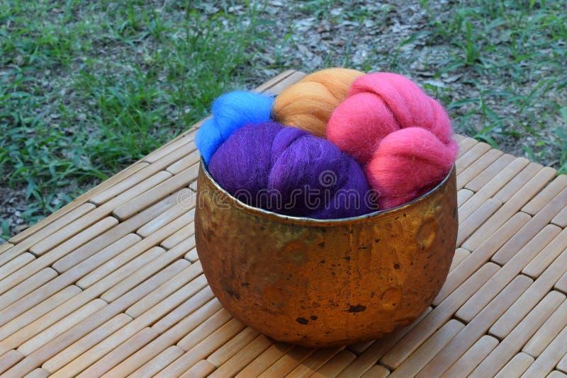 Κύπελλο γυαλιού χαλκού της ζωηρόχρωμης ίνας μαλλιού προβάτων στοκ εικόνα