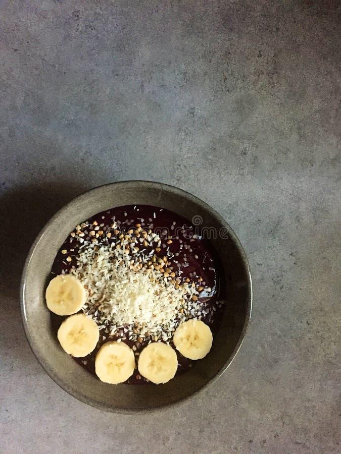 Κύπελλο καταφερτζήδων Açai-τεύτλο-σμέουρων με την καρύδα, φαγόπυρο, φέτες μπανανών στοκ εικόνα με δικαίωμα ελεύθερης χρήσης
